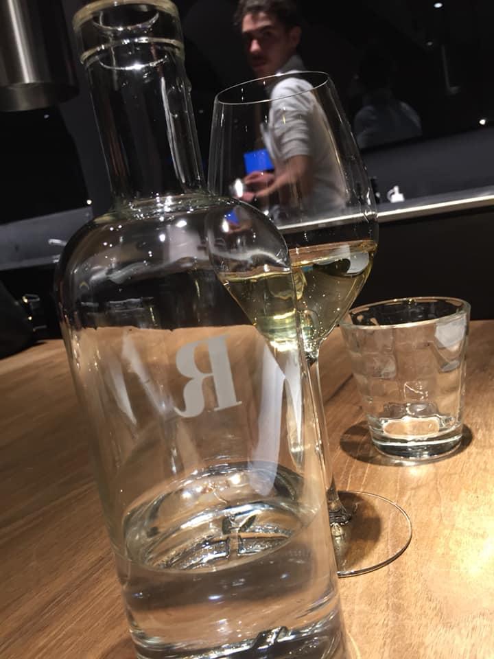 Retrobottega, acqua e champagne
