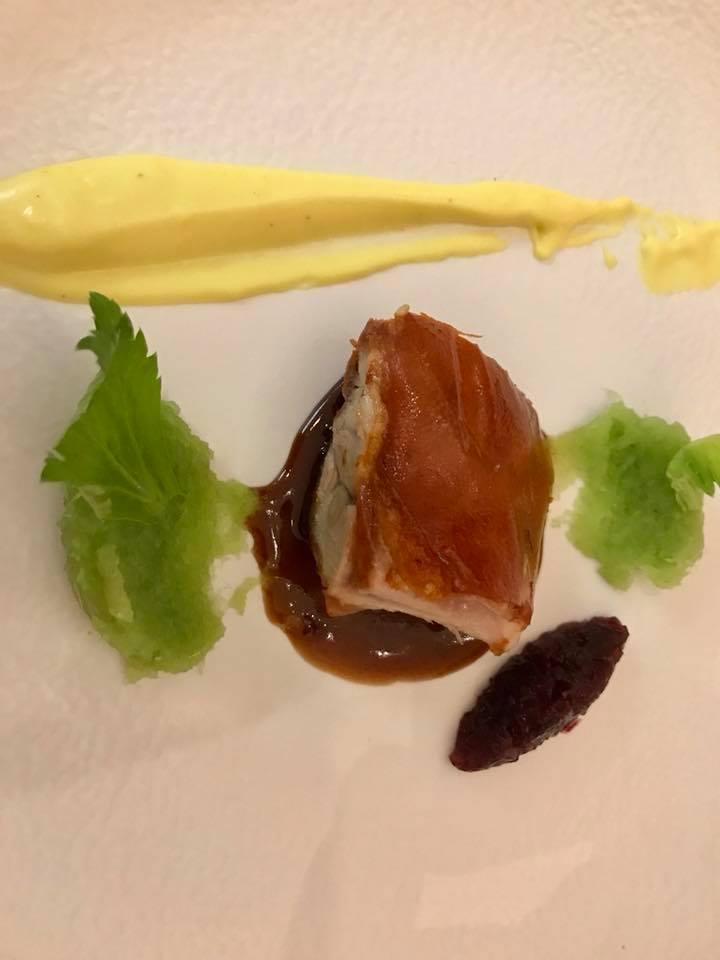 Maialino nero con pelle croccante, agrodolce al tamardinso, sedano, pure di patate alla curcuma e chutney di cipolle rosse di Tropea