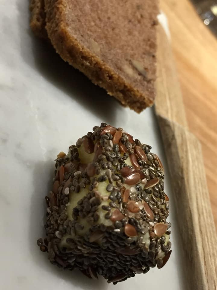Retrobottega, pane e burro con semi