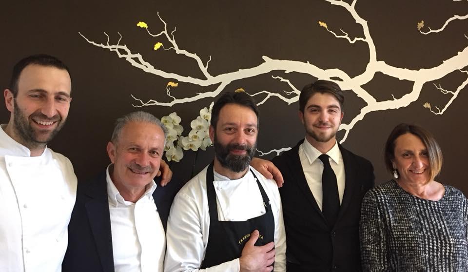I coniugi Pucciarelli con la squadra di Locanda Severino