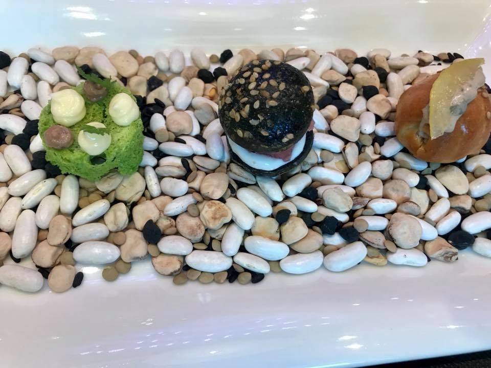 La Terrazza dell' Hotel Gallia, aperitivo con spugna di prezzemolo burro e alici, panino con tartare di salsiccia di bra