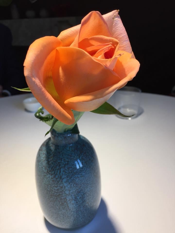 Locanda Severino, le rose al tavolo