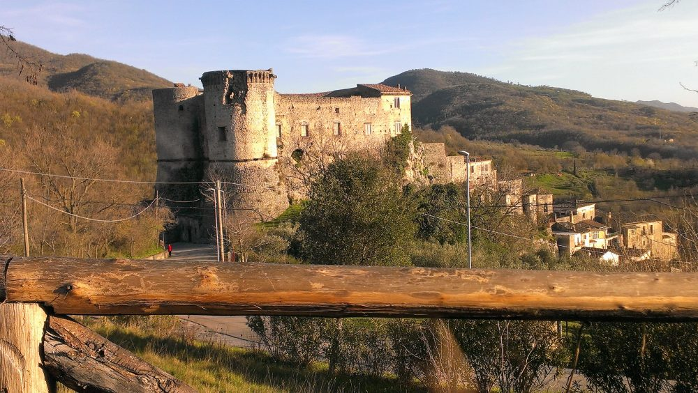 Masseria Mastrangelo veduta del Castello Pandone e borgo inferiore