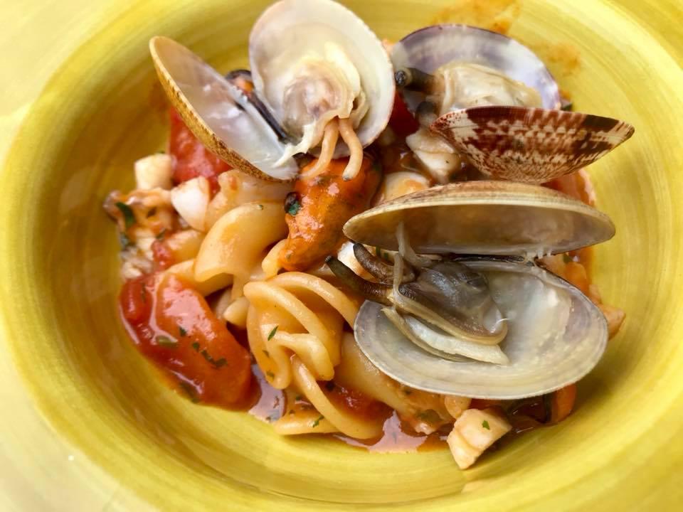 Bikini, eliche in zuppa di pesce e frutti di mare