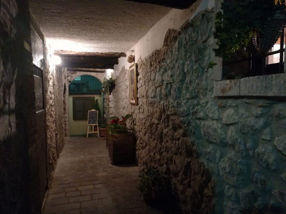 La Loggia - Il vialetto d'ingresso