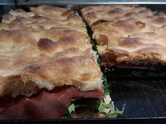 Mamma Pizza - Pizza ripiena con bresaola, rucola e parmigiano