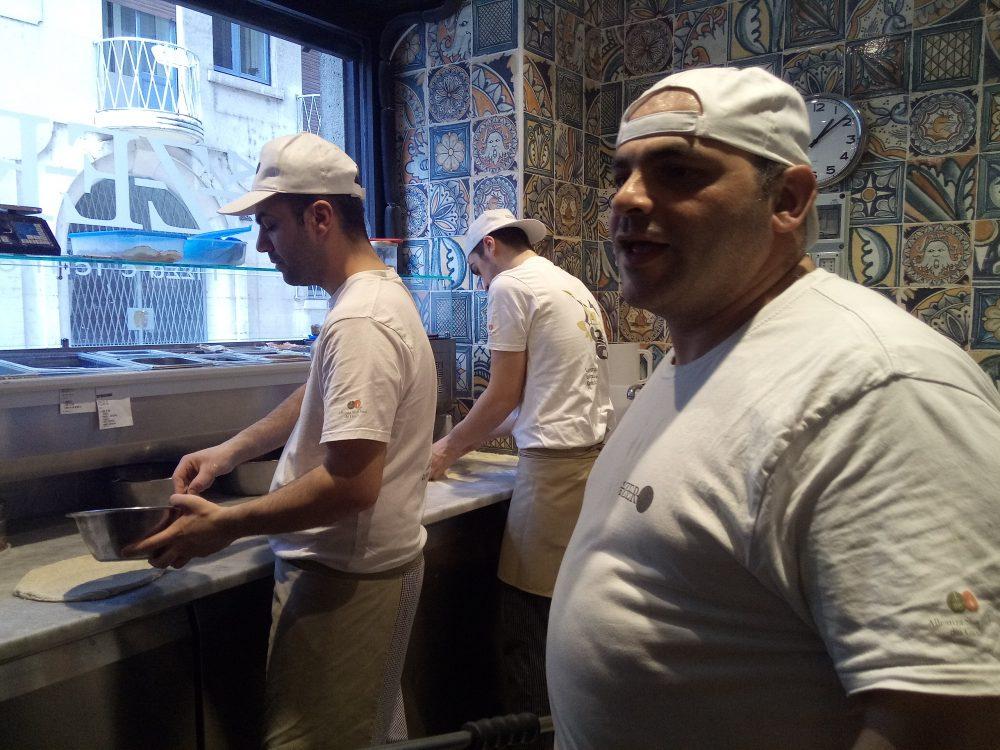 Pizzeria Da Zero a Milano Pizzaioli al lavoro