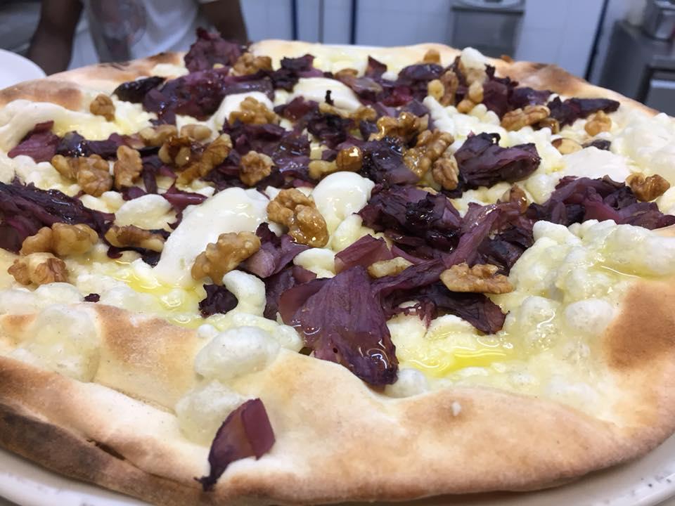 Pizzeria Frontoni, radicchio, noci e blu vegetale