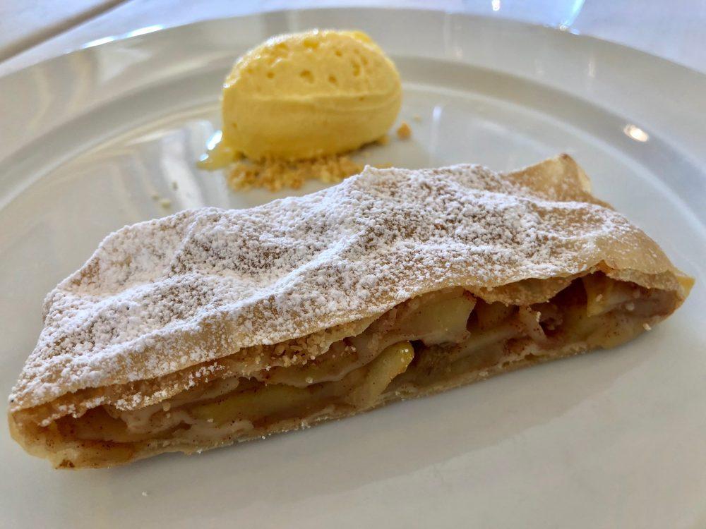Ristorante La Piazzetta Strudel di mele con gelato alla vaniglia