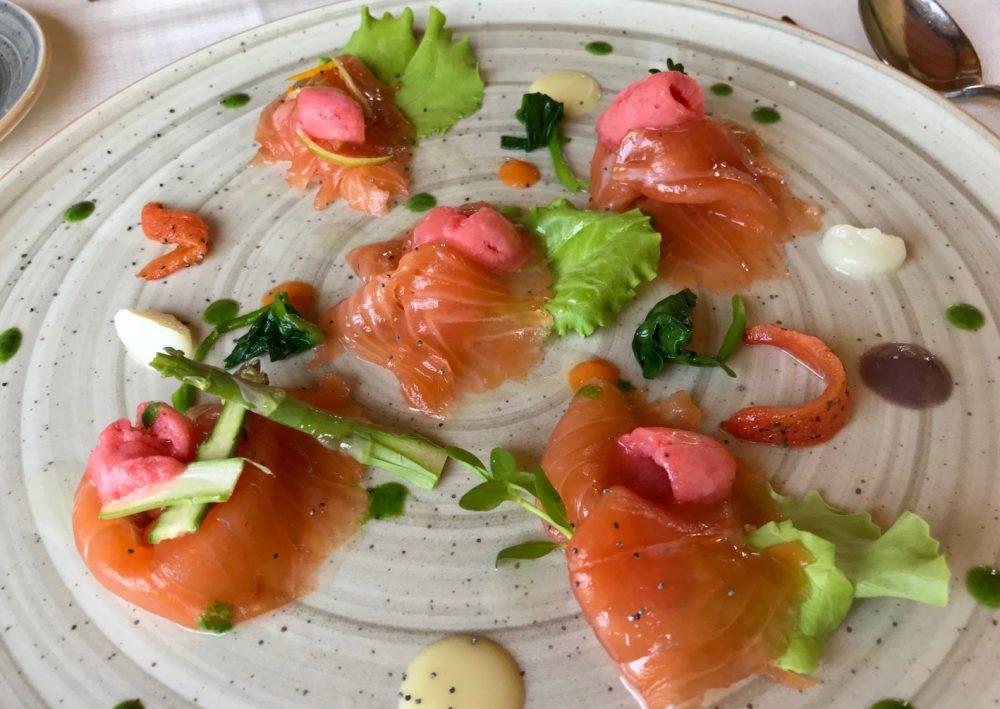 Vigneto, salmone marinato e affumicato con misticanza e sorbetto di fragole