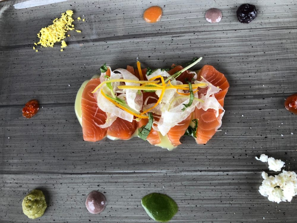 Vigneto, sashimi di salmone e finocchio con salse, veduta aerea