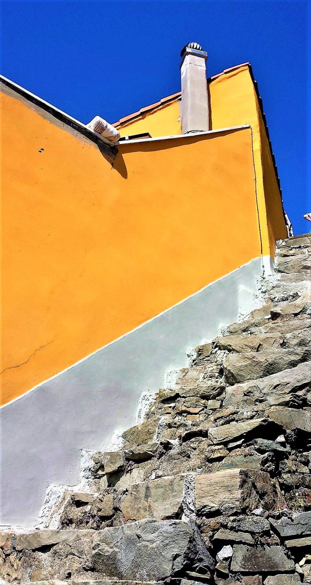 La scalinata e la casa arancione, Monesteroli