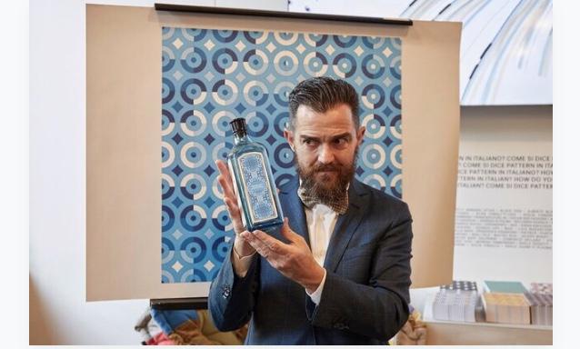 Adriano Attus con la bottiglia di SAPPHIRE BOMBAY e il pattern da lui creato