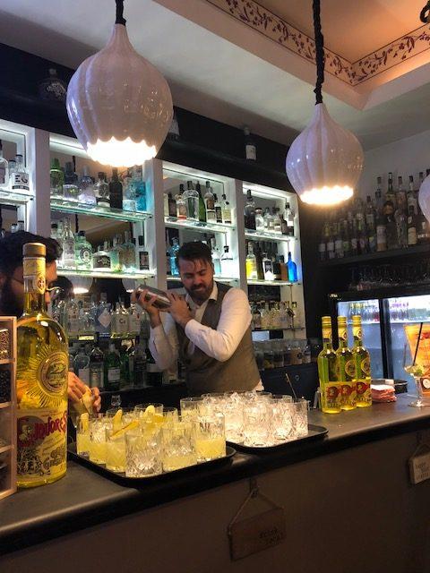 Alex Frezza prepara Gin Gin Witch con liquore Strega