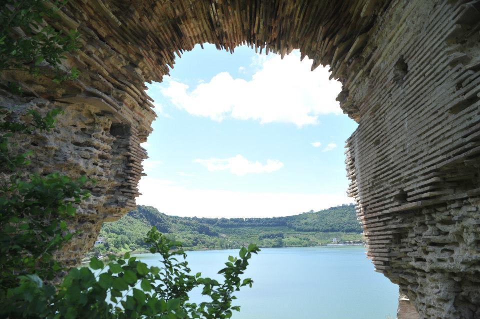 Da Cantine dell'Averno la vista sul lago d'Averno