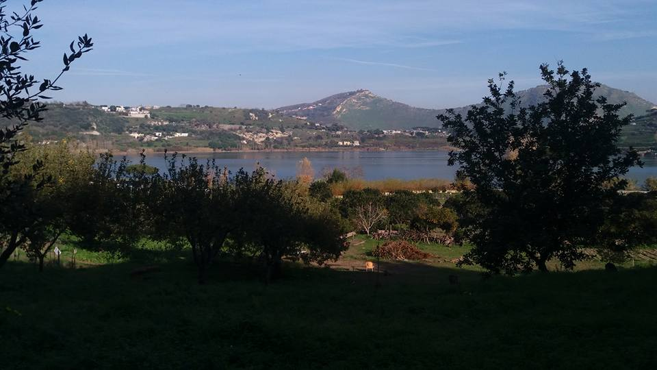 Da Il Giardino dell'Orco la vista sul lago d'Averno