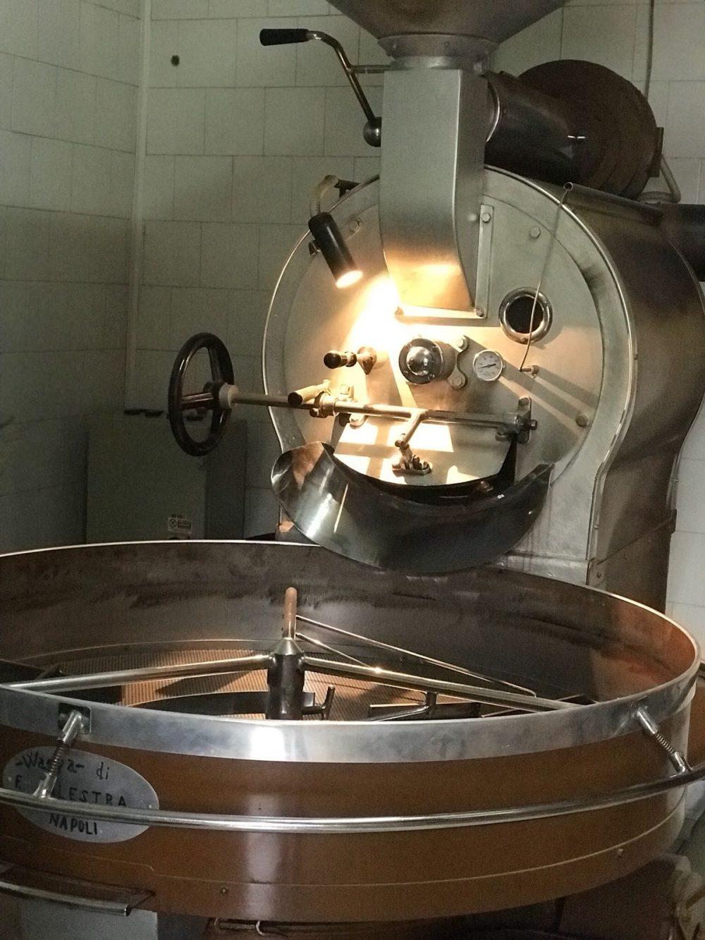 L'uso di macchinari antichi rende questa piccola azienda un fiore all'occhiello della produzione del caffe'