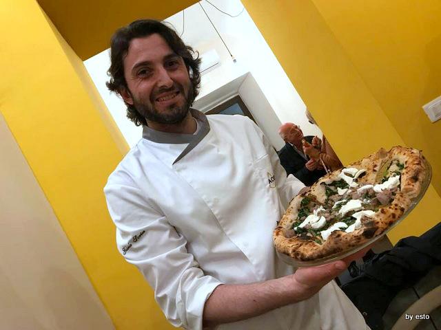 Pizzeria Acunzo Gabriele Sorice con la pizza spinaci e salsiccia