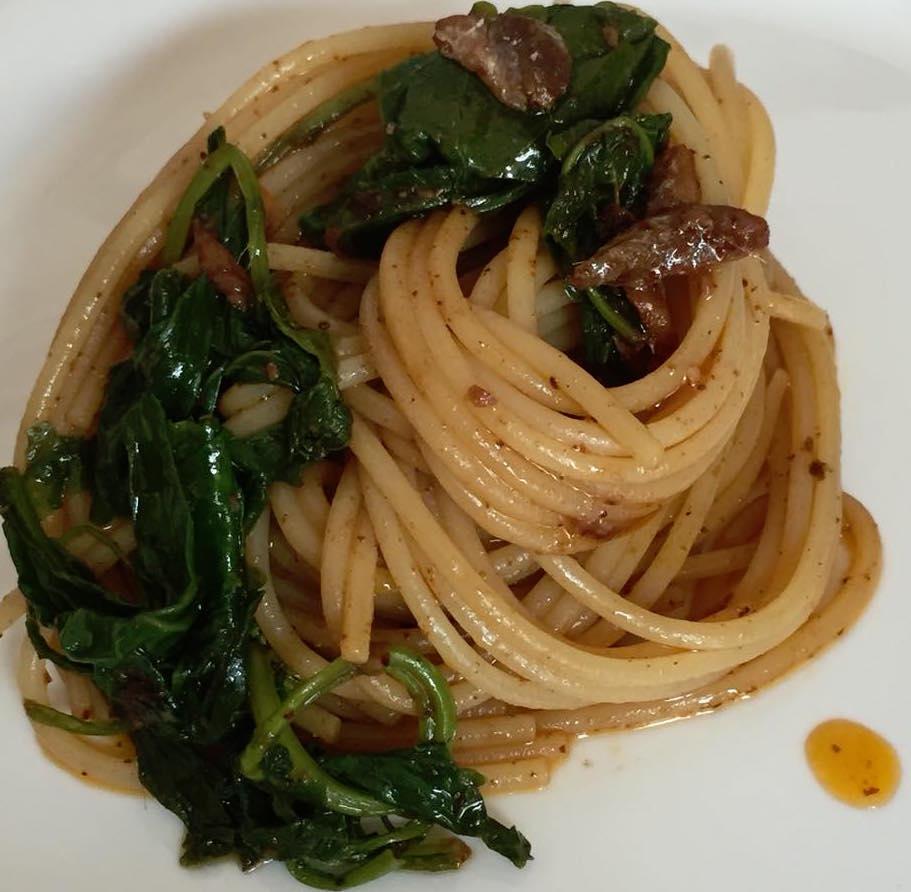 Spaghetti con peperone crusco, alici e cime di rapa