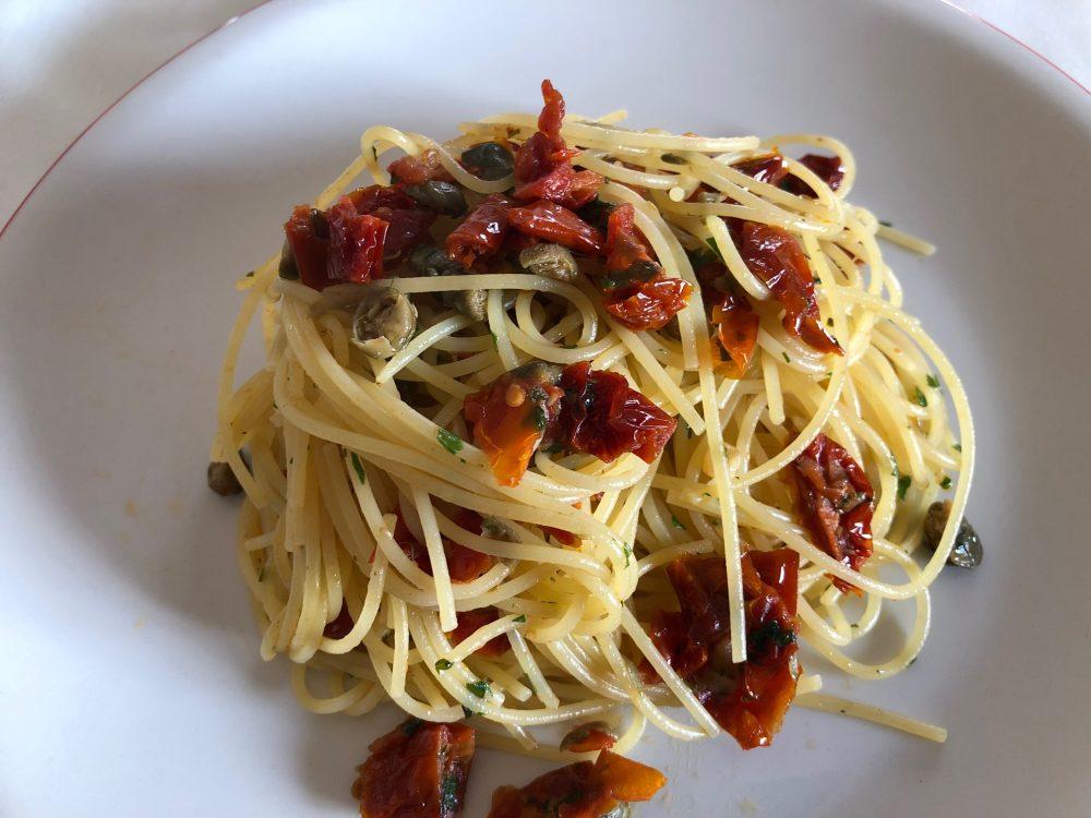 L'invention test infrasettimanale con aglio, pomodori secchi e capperi