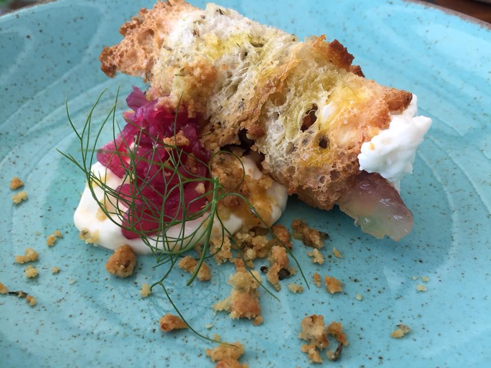 Marina Grande, cannolo di pane con sauro affumicato, ricotta e cipolla rossa di Tropea
