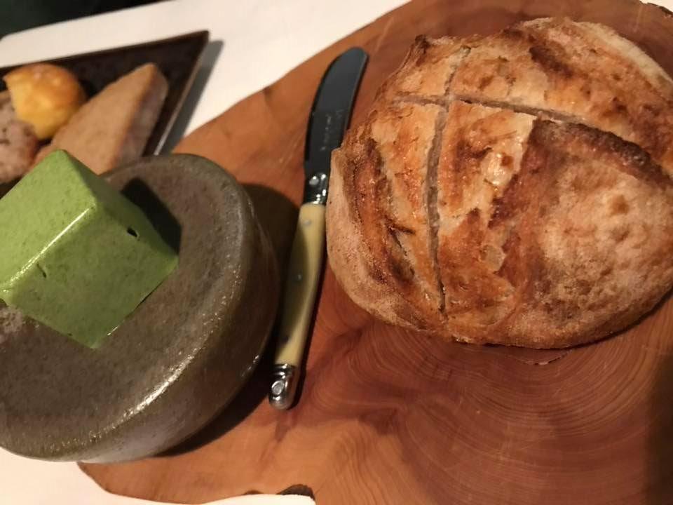 Il Pagliaccio - pagnotta di buratto caldo, burro bretone all'ortica e al dragoncella