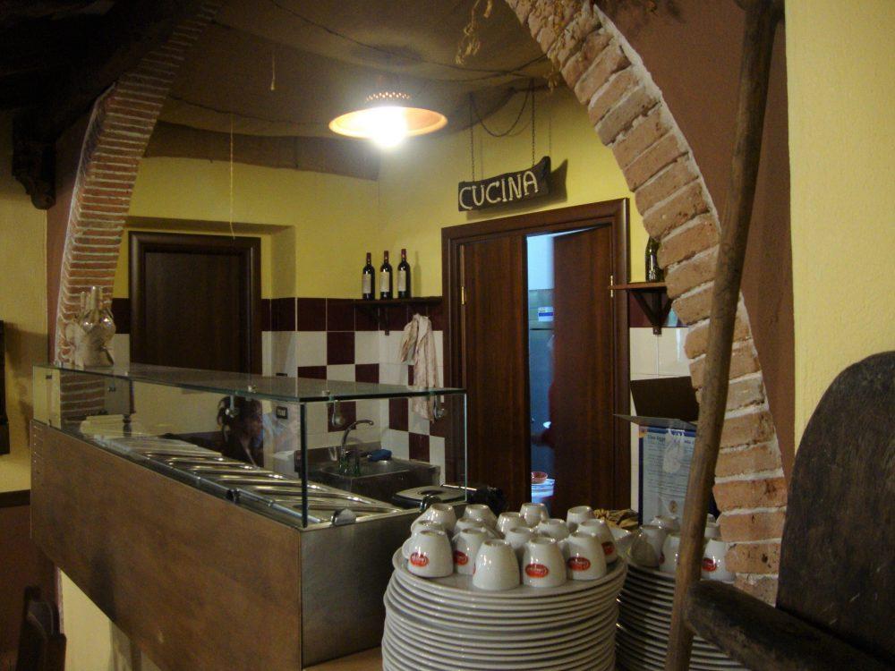 Trattoria La Conca – il banco e l'ingresso cucina