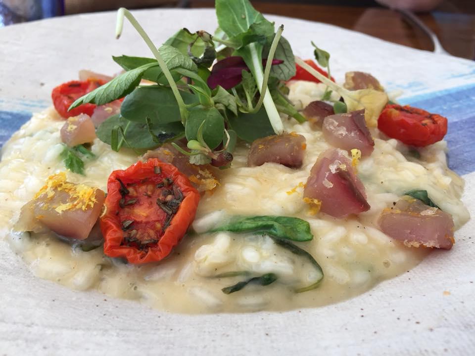 Marina Grande, risotto alla sgombro con misticanza, limone e pomodorino infornato