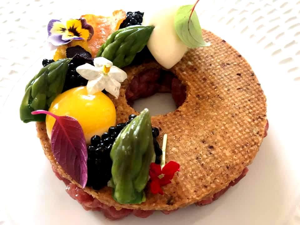 JKitchen, Tartare di Manzo, Asparagi, Uovo, Caviale e Biscotto alla Nocciola