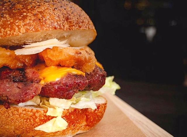Pharina - Panino di hamburger di manzo, crema di cacio e prpe e anelli di cipolla