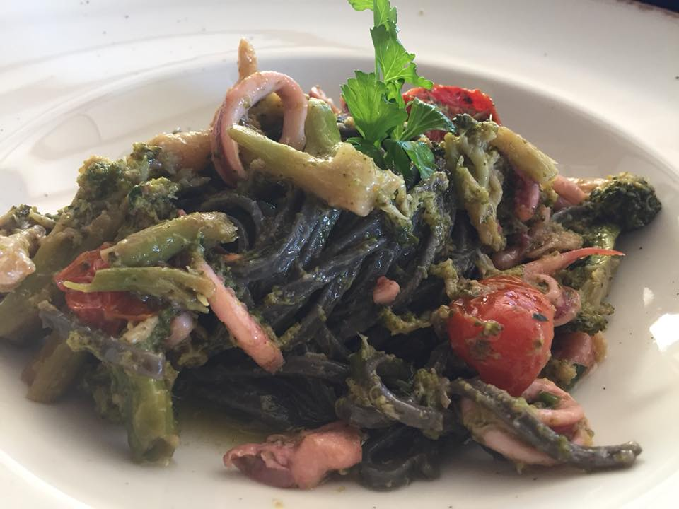 Street Stritt, linguine al nero con broccoletti e totanetti