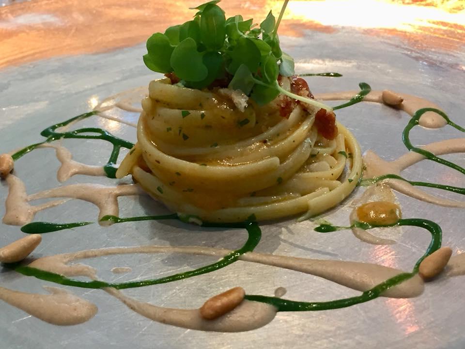 Dani' Maison, linguine con i ricci e pinoli
