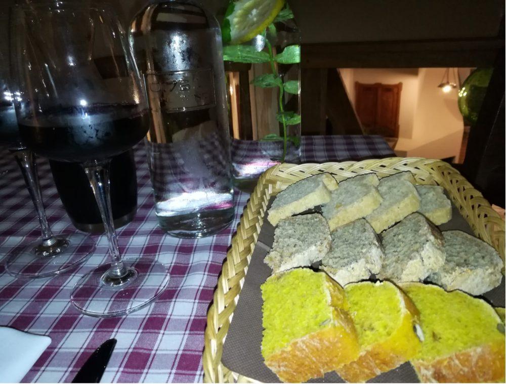 Corte Ciervo - I Pani, il Vino e l'acqua aromatizzata al limone e alla Menta fresca
