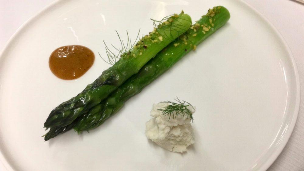 La Locanda Relais Sant'Uffizio - Asparago del roero, pistacchio ricotta del fieno stagionata tuorlo cotto e poi condito con curry