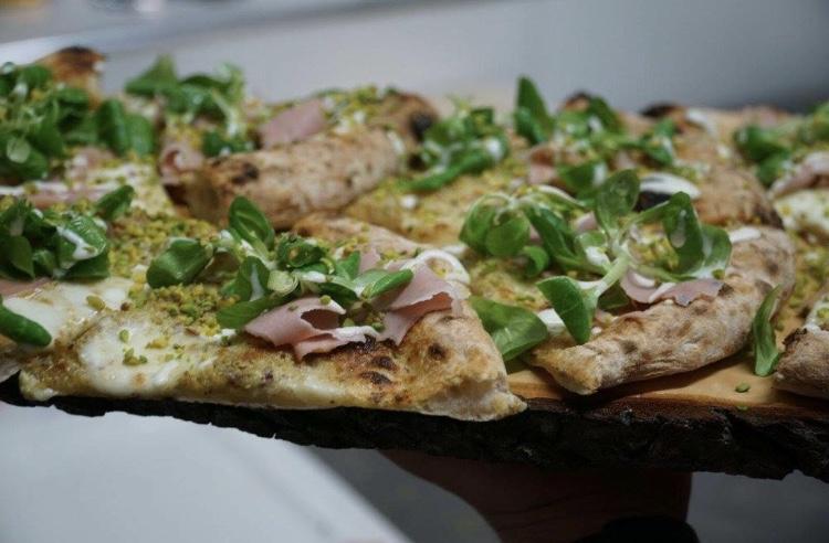 Restaurant Taste - Pizza di farina macinata a pietra dei mulini GMI farcita con crema di pistacchio di bronte bufala campana, foglie di valeriana e granella di pistacchio