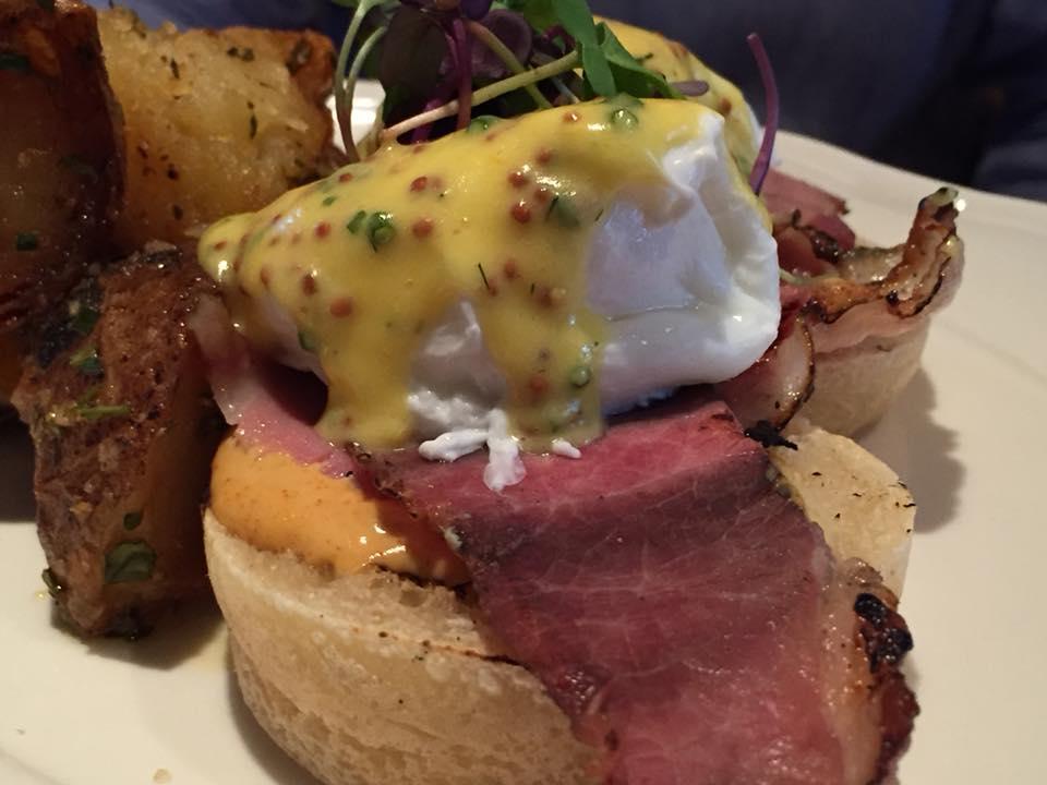 The Standard Hotel, Eggs Benedict con prosciutto