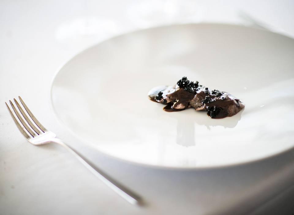 Uliassi. Lepre in salmi', croccante di carbonella, ginepro -foto A. Moretti