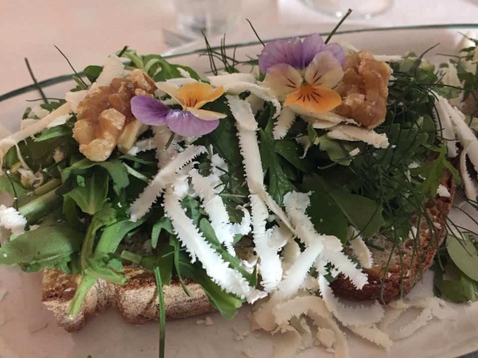 Corbella, bruschetta con erbe di campo, noci e cacioricotta