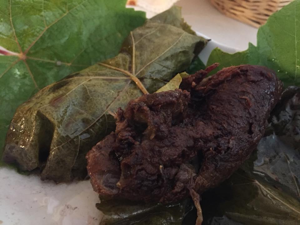 Corbella, involtini di maialino nelle foglie di vite