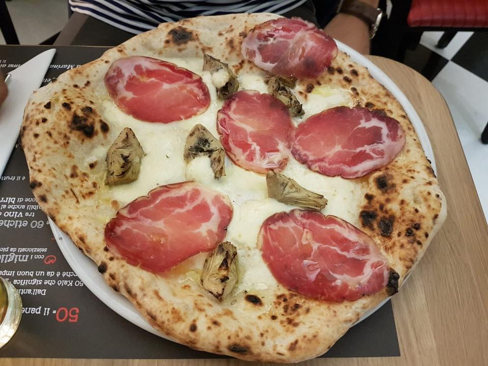 Ciro salvo a Londra, pizza con capocollo e carciofi