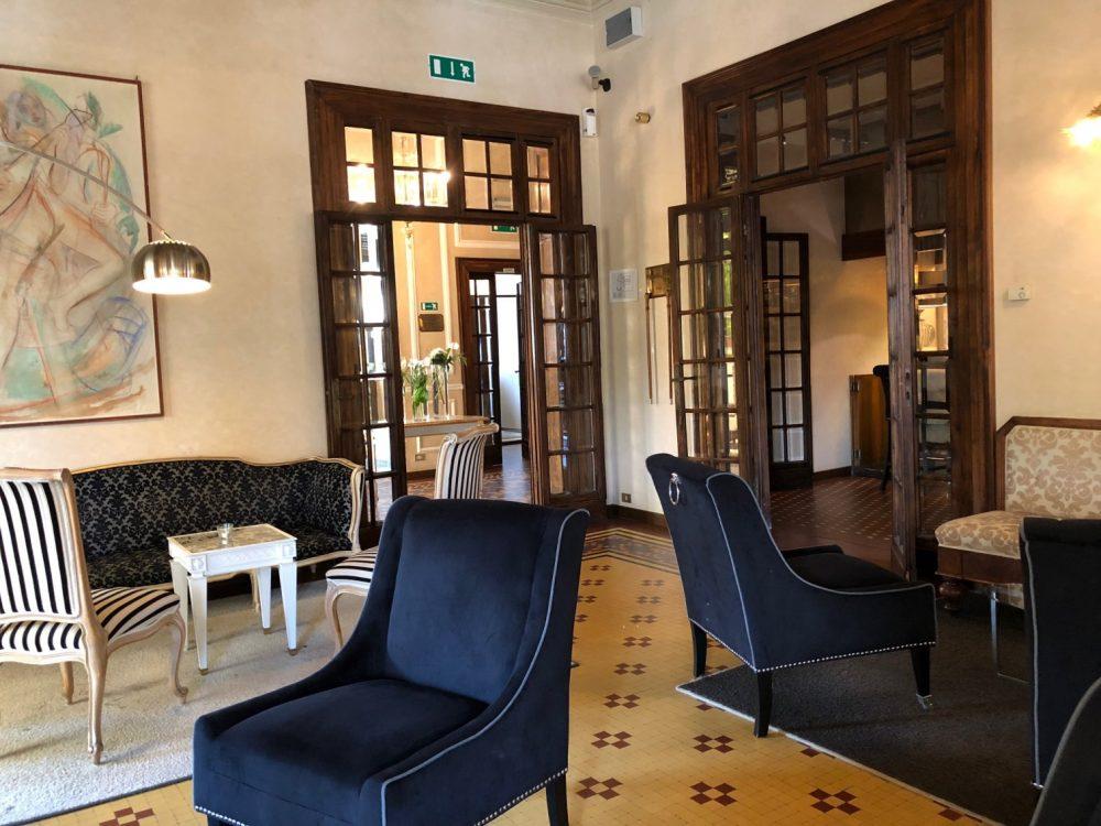 Hotel De La Ville, Riccione, poltrone e divani in attesa dei quotidiani