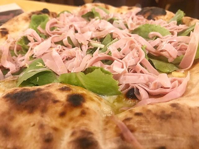 Il Boccon Divino - Pizza Incontro con mozzarella di bufala dop, pesto di pistacchio di Bronte, misticanza, scorzette di limone di Sorrento e mortadella Igp