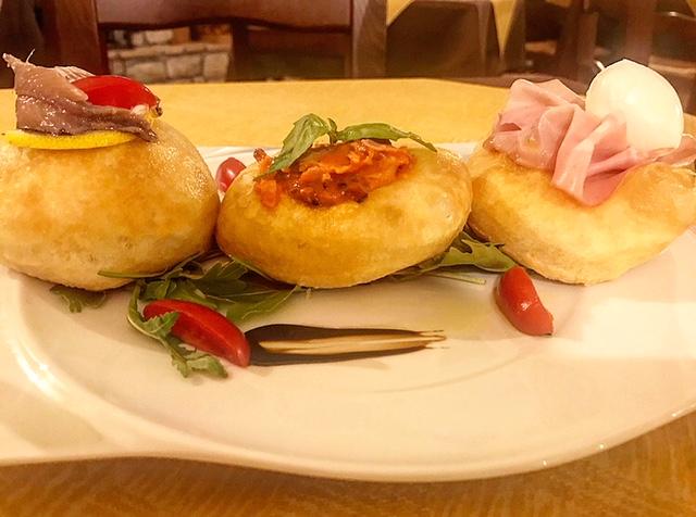 Il Boccon Divino - Pizzini Fritti con mortadella e mozzarella. Guanciale di maiale e salsa di pomodoro. Alice di Cetara e zest di limone