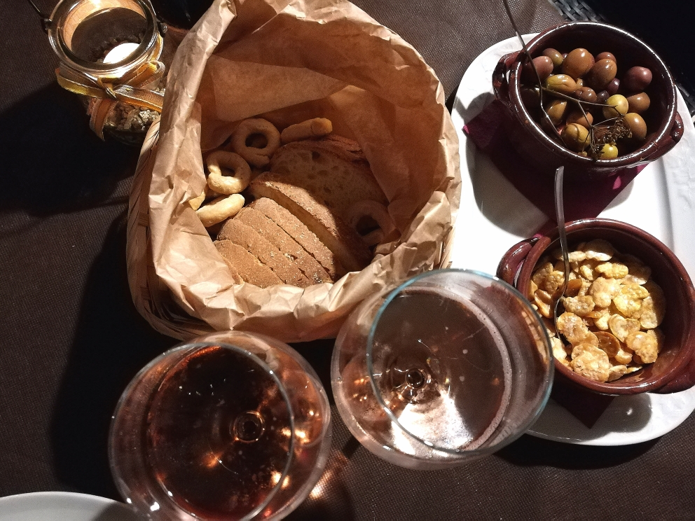 Masseria Torricella - L'aperitivo con Olive, Fave tostate, Tarallini e Spumante Rose' Tramonti.