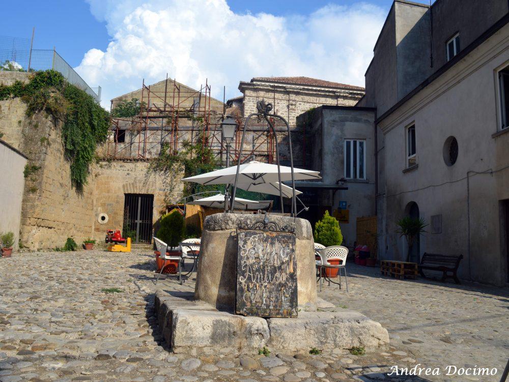 Pepe In Grani a Caiazzo. Piazza Giuseppe Verdi, oggi S.Stefano, con pozzo, bar e ruota degli esposti