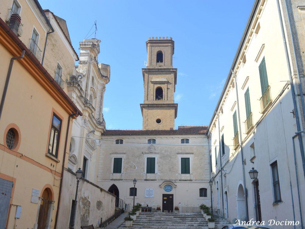 Pepe In Grani. Vista di piazza G.Verdi con la parrocchia dedicata a Maria SS Assunta e a S. Stefano