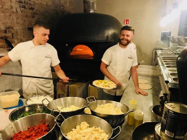 Pizzeria Marghe, a destra Ciccio Filippelli