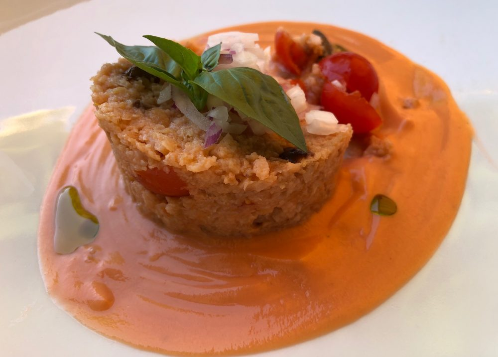 Trattoria Visconti, panzanella, pane ammollato, zabaione di pomodoro, olive liguri e cipolla rossa di Tropea