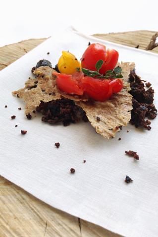 Piatto con pane, pomodori e olive della chef Annalisa Presta