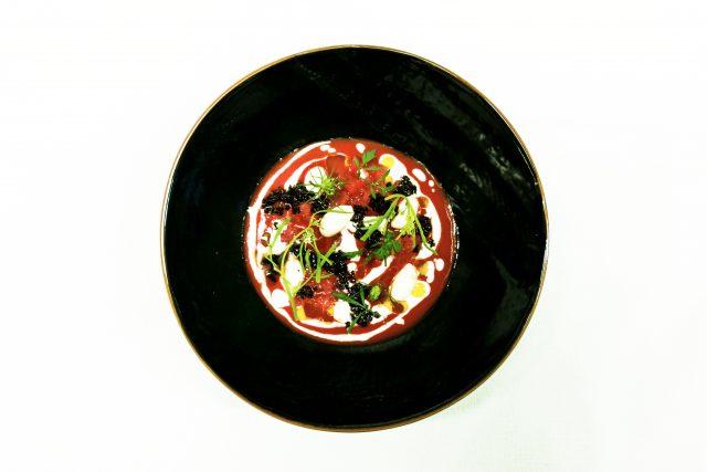 Pomodoro macerato all'olio, mandorla, pompelmo, erbe e olive dello chef Gianluca Gorini